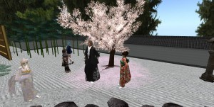 Fuwa作の桜の木の前で